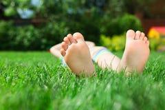 Piccoli piedi sull'erba immagine stock libera da diritti