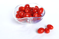 Piccoli pomodori ciliegia lungamente rossi e freschi fotografie stock