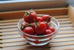 Piccoli pomodori ciliegia rossi in vetro Fotografia Stock Libera da Diritti