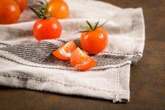 Piccoli pomodori di ciliegia rossi Immagine Stock