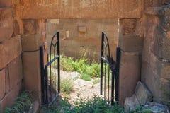Piccoli portoni del ferro Arco del tufo di pietra antico Immagini Stock Libere da Diritti