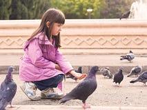 Piccoli ragazza e piccioni caucasici Fotografie Stock Libere da Diritti