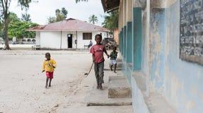 Piccoli ragazzi africani svegli su una via a Zanzibar Fotografia Stock