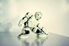 Piccoli robot del cyborg, umanoidi con il fronte e balli del corpo a musica Immagini Stock