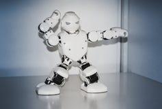 Piccoli robot del cyborg, umanoidi con il fronte e balli del corpo a musica Immagine Stock Libera da Diritti