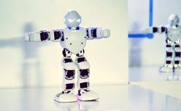Piccoli robot del cyborg, umanoidi con il fronte e balli del corpo a musica Fotografia Stock Libera da Diritti