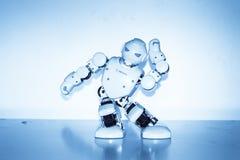 Piccoli robot del cyborg, umanoidi con il fronte e balli del corpo a musica Fotografia Stock