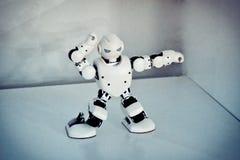 Piccoli robot del cyborg, umanoidi con il fronte e balli del corpo a musica Immagine Stock