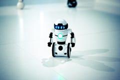 Piccoli robot, umanoide con le piccole ruote invece delle gambe ed occhi luminosi Immagini Stock