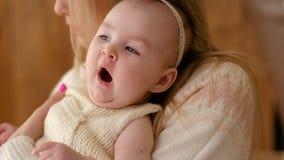 Piccoli sbadigli della neonata archivi video