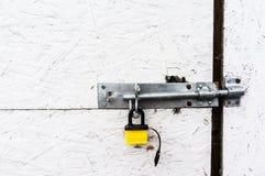 Piccoli serratura e bullone gialli fotografie stock
