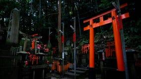 Piccoli Shintos in mezzo a Fushimi Inari immagine stock libera da diritti