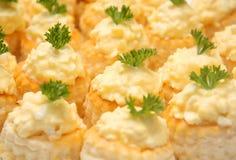 Piccoli spuntini con l'insalata del formaggio Fotografie Stock Libere da Diritti