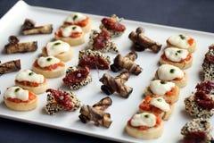 Piccoli spuntini del buongustaio su un piatto Fotografia Stock