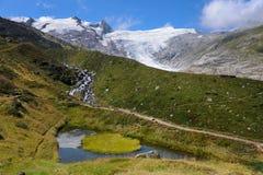 Piccoli stagno e ghiacciaio nelle alpi austriache Grossvenediger dentro Immagini Stock Libere da Diritti