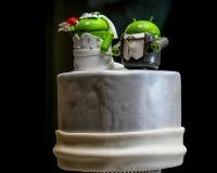 Piccoli stranieri verdi sopra una torta nunziale Fotografia Stock Libera da Diritti