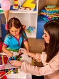 Piccoli studenti ragazza e pittura del ragazzo nella classe di scuola di arte Fotografia Stock