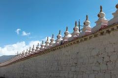 Piccoli stupas/pagode sulla parete circolare del monastero di Samye fotografia stock