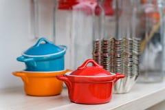 Piccoli vasi ceramici variopinti immagine stock libera da diritti