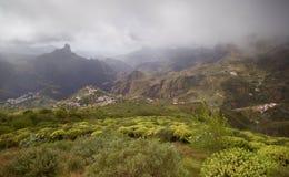 Piccoli villaggi in montagne e colline nebbiose Immagini Stock Libere da Diritti