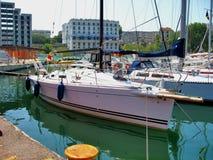 Piccoli yacht attraccati nel porto di Tomis Immagini Stock Libere da Diritti