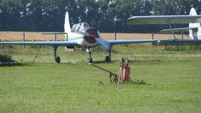 Piccolo aereo all'aeroporto E Motore di vecchio aereo r video d archivio
