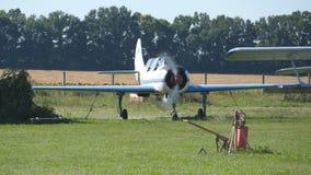 Piccolo aereo all'aeroporto E Motore di vecchio aereo r archivi video