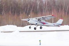 Piccolo aereo all'aeroporto nell'inverno Immagini Stock Libere da Diritti