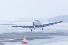 Piccolo aereo all'aeroporto nell'inverno Fotografie Stock Libere da Diritti
