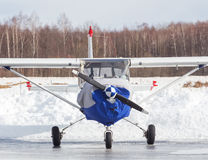 Piccolo aereo all'aeroporto nell'inverno Immagini Stock