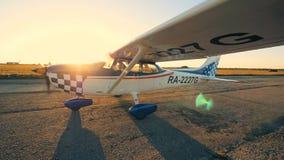 Piccolo aeroplano con l'elica girante su una pista, vista laterale stock footage