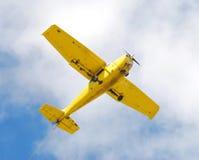 Piccolo aeroplano giallo immagine stock