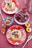 Piccolo agglutina con crema, l'uva fresca ed i fichi Fotografia Stock