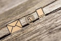 Piccolo ai simboli del segno, della posta e del telefono descritti con il nero Fotografia Stock Libera da Diritti