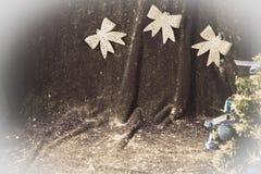 Piccolo albero di Natale su fondo per le cartoline ed i saluti Fotografia Stock
