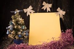 Piccolo albero di Natale su fondo per le cartoline ed i saluti Immagini Stock