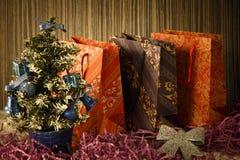 Piccolo albero di Natale su fondo per le cartoline ed i saluti Immagine Stock