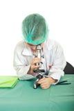 Piccolo allievo che esamina il microscopio Immagini Stock