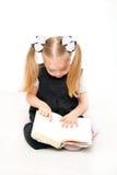 Piccolo allievo che legge un libro Immagine Stock Libera da Diritti