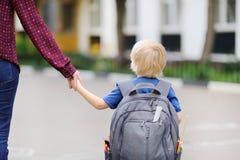 Piccolo allievo con la sua giovane madre Primo giorno della scuola primaria Immagini Stock Libere da Diritti