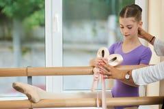Piccolo allungamento di addestramento della ballerina vicino alla sbarra Immagini Stock Libere da Diritti