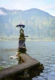 Piccolo altare sul lago in Bali, Indonesia Fotografia Stock Libera da Diritti