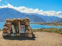 Piccolo altare votivo davanti al lago Potrerillos vicino al Mendoza fotografia stock