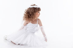 Piccolo angelo adorabile su bianco immagini stock