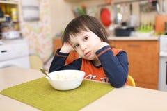 Piccolo 4 anni di ragazzo non vuole mangiare la macedonia Immagini Stock Libere da Diritti