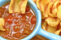 Piccolo aperitivo con le patatine fritte del bacon e la salsa di peperoncino rosso piccante 02 Fotografie Stock Libere da Diritti
