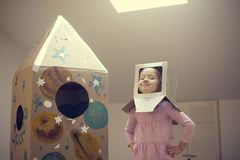Piccolo astronauta pronto a viaggiare alle stelle Immagini Stock