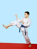 Piccolo atleta che fa una gamba diretta di scossa Immagine Stock