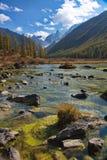 Piccolo bacino idrico pietroso contro lo sfondo delle montagne Immagini Stock Libere da Diritti