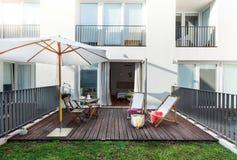 Piccolo balcone in complesso condominiale fotografia stock